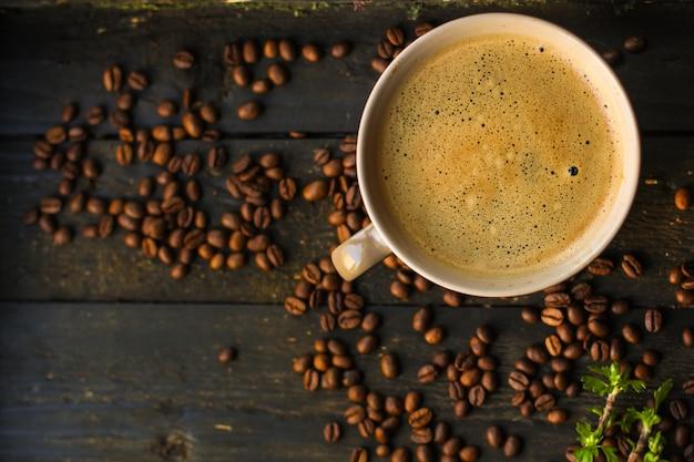 Bebida de café y granos de café.