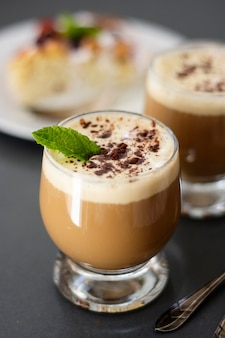 Bebida de café con helado, expreso. affogato, refrescante bebida de verano en vaso.