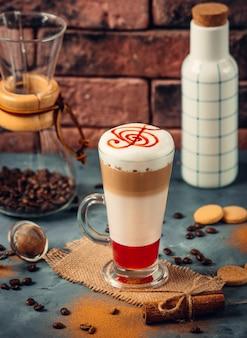 Bebida de café lechoso con jarabe de fresa.