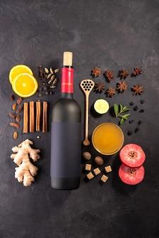 Ð¡bebida para calentar la navidad o el invierno. .ingredientes de receta de vino molido en pizarra negra