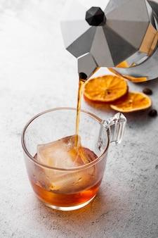 Bebida caliente de alto ángulo vertida en vidrio
