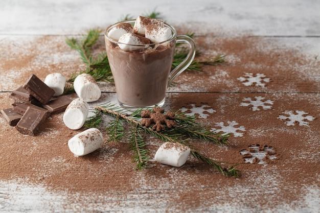 Bebida caliente con copo de nieve de cacao