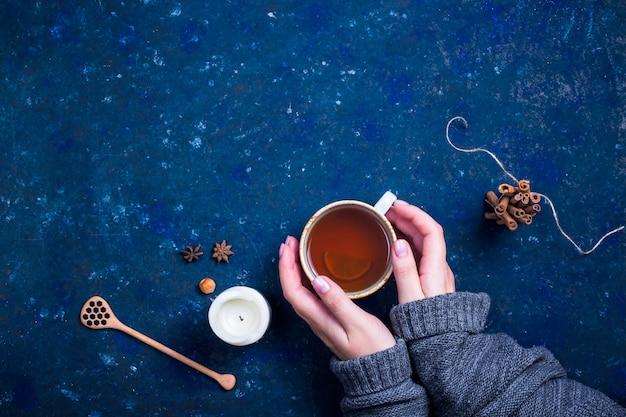 Bebida caliente de otoño en un azul oscuro
