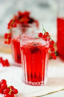 Bebida casera fría de grosellas rojas