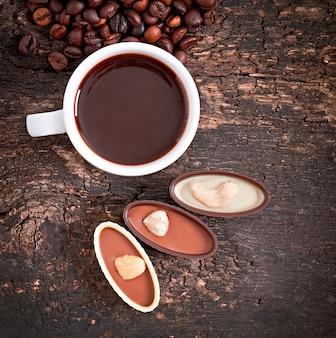 Bebida de chocolate caliente con granos de café y salsas