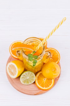 Bebida cítrica refrescante y fruta.