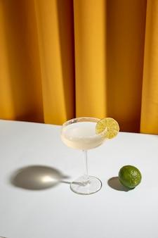 Bebida clásica casera de margarita con limón y sal en la mesa