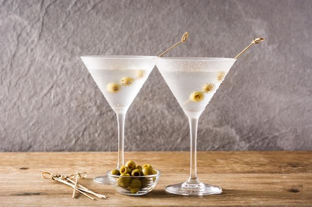 Bebida clásica seca con aceitunas