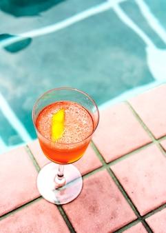 Bebida de cóctel junto a la piscina