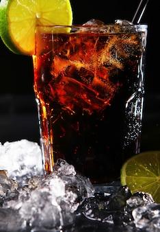 Bebida de cola fresca con lima verde