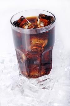 Bebida de cola fresca en vidrio