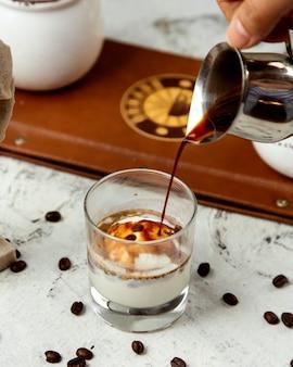 Bebida cremosa cubierta con jarabe de caramelo