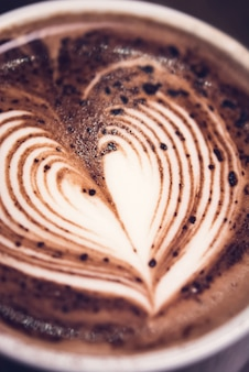 Bebida de chocolate caliente con arte de latte en forma de corazón