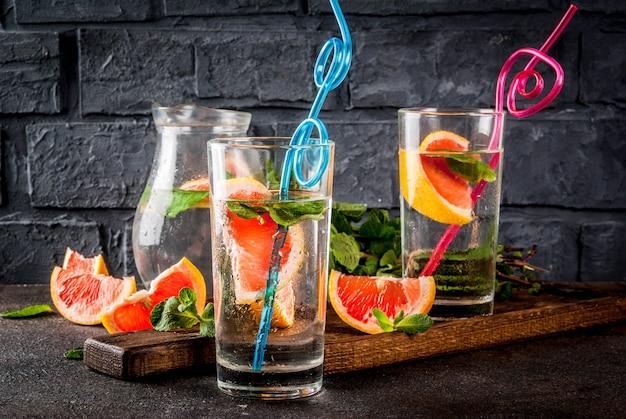 Bebida de desintoxicación refrescante de verano con toronja rosa y menta fresca