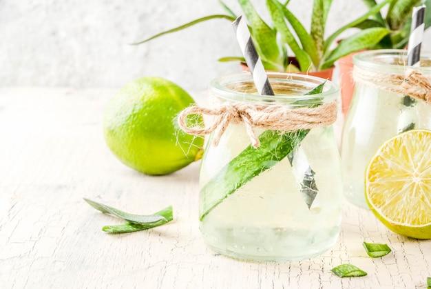 Bebida de desintoxicación saludable exótica, aloe vera o jugo de cactus con lima