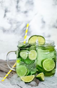 Bebida de desintoxicación de verano con pepino y lima, el concepto de bebidas refrescantes