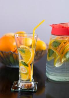 Bebida desintoxicante con limón, naranja y menta.