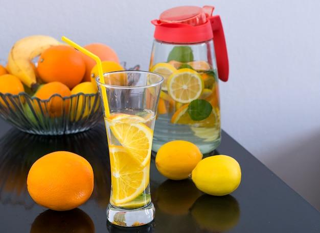 Bebida desintoxicante con limón y naranja.