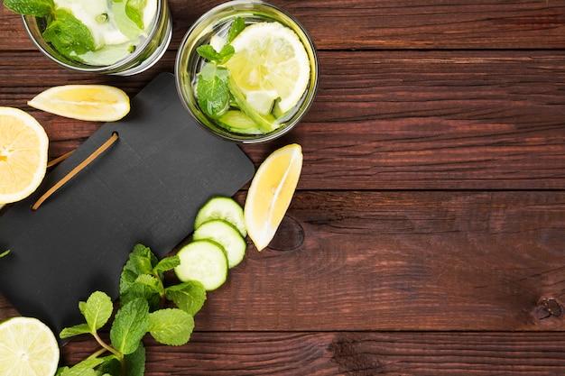 Bebida desintoxicante con pepino, limón y menta.