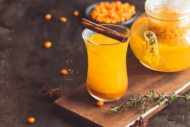 Bebida de espino cerval de mar de otoño o invierno. té de espino cerval de mar, enfoque selectivo. bodegón, comida y bebida, temporada y vacaciones.