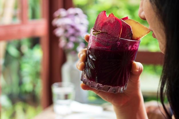 Bebida femenina jugo de remolacha saludable bebida a base de hierbas nutrición en un vaso