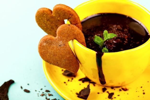 Bebida festiva de chocolate caliente. concepto de símbolo día de san valentín. tarjeta de felicitación, regalo.