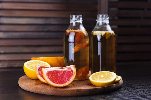 Bebida fresca de kombucha casera con limón y pomelo.