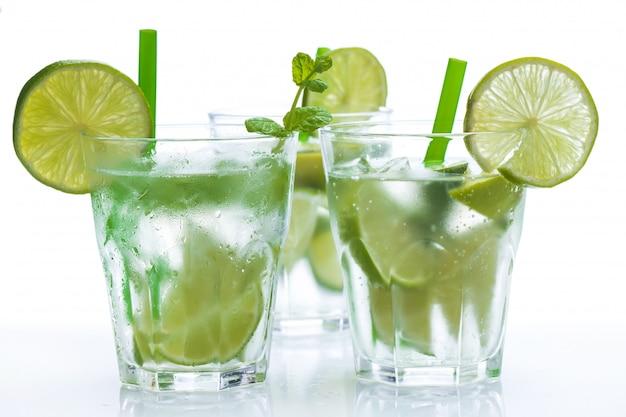 Bebida fresca con lima y menta