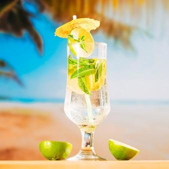 Bebida fresca de menta y lima en rodajas.