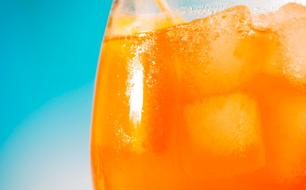 Bebida fresca de naranja brillante en vidrio