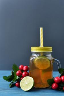 Bebida fresca de té con fruta de limón en un vaso