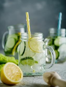 Bebida fresca de verano, limonada gaseosa desintoxicante saludable con limón y pepino en tarro de albañil, concepto de comida saludable,