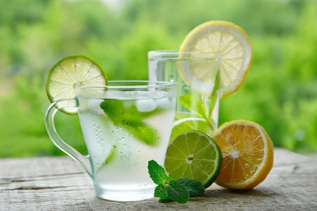 Una bebida fría a base de aromas de limón, lima y menta.