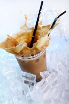 Bebida fría de café con hielo y salpicaduras.