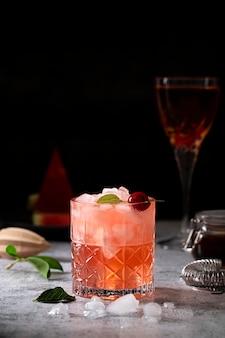 Bebida fría con cubitos de hielo y cereza