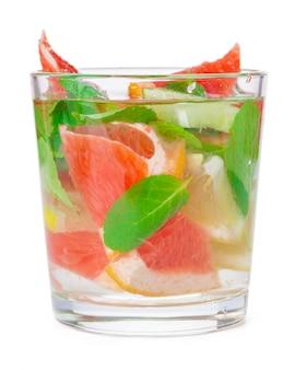 Bebida fría con diferentes cítricos y hierbas en vasos. cóctel