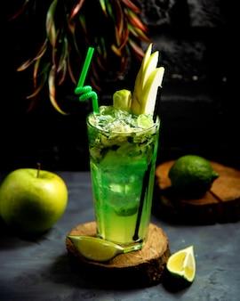 Bebida fría de lima y manzana