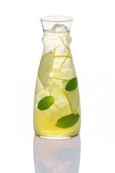 Bebida fría de manzana, limón, canela y menta.
