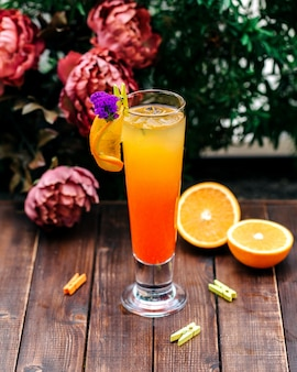 Bebida fría de naranja con una rodaja de naranja