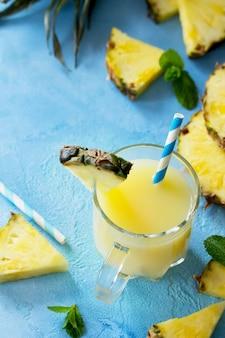 Bebida de frutas refrescante casera con bebida de vitamina de piña