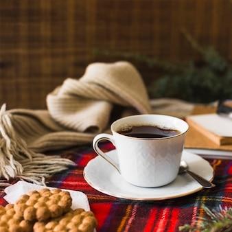 Bebida y galletas cerca de la bufanda