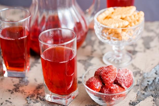 Bebida helada de verano en mesa de madera