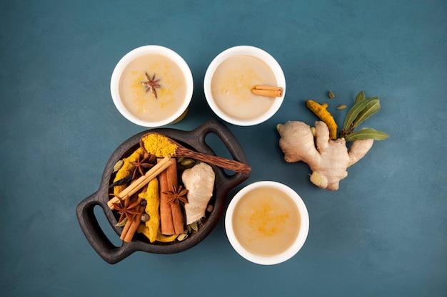 Bebida india popular té karak o masala chai