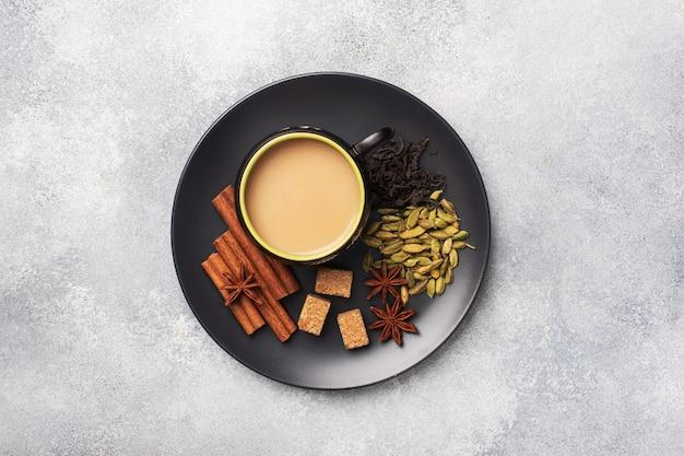 Bebida india té masala con leche y especias.