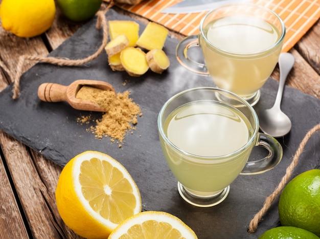 Bebida con jengibre y limón.