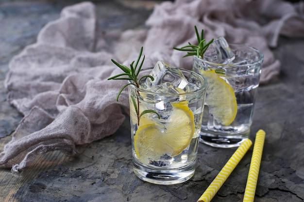 Bebida con limón y romero. enfoque selectivo