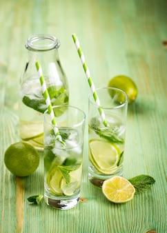 Bebida de limonada en una mesa de madera