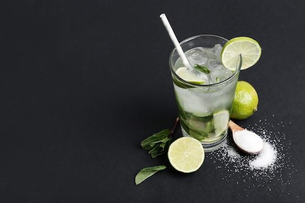 Bebida de mojito con rodajas de lima