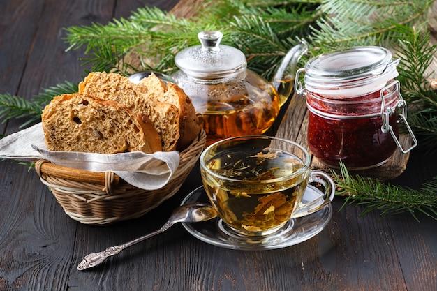 Bebida de naranja de curación invernal con espino amarillo, romero, especias, ramas de abeto