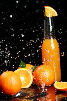 Bebida de naranja fresca con salpicaduras de agua.